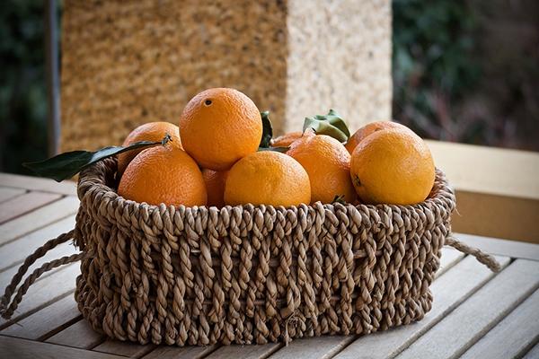 Выкладывание апельсинов в красивые корзинки выделило их на фоне другой еды и повысило ценность аналогично тому, как повышает ценность продукта красивая упаковка.