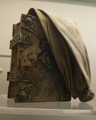 Маргит обсудила это с Джимом Блоксамом, преподавателем курсов, и они решили вместе собрать изображения всех сохранившихся средневековых поясных книг — на тот момент было известно только о 24 экземплярах.