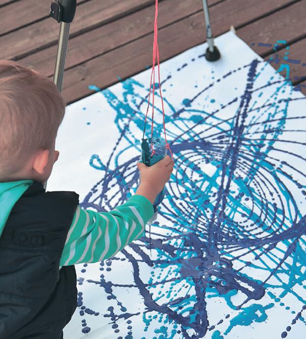 Сложно сказать, чего в этом занятии больше — рисования или физики, но в любом случае результат завораживает даже взрослых.