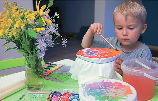 Для детей роспись по ткани оказывается увлекательным занятием, простым в исполнении и в то же время весьма эффектным по результатам.
