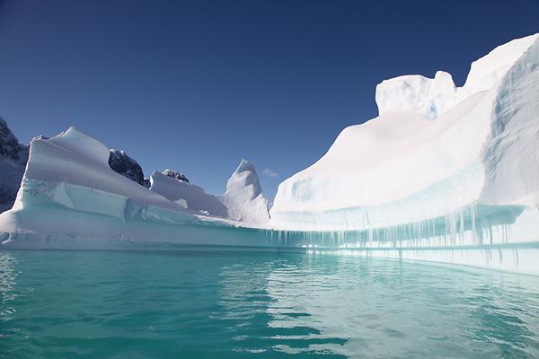 Инстинктивно мы полагаем, что горячие предметы содержат много тепловой энергии, но это не всегда верно. Есть принципиальная разница между температурой объекта и заключенной в ней тепловой энергией. Именно поэтому холодный айсберг может содержать много тепла.