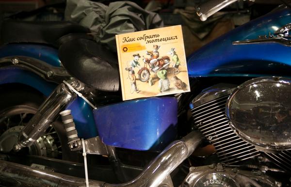 В новой книге у друзей новые планы! На этот раз они занялись мотоциклом. Пора разобраться в таких непростых механизмах, как амортизаторы, тормоза, сцепление, коробка передач и карбюратор. И, быть может, перебрать старенький дедушкин мотоцикл в гараже?