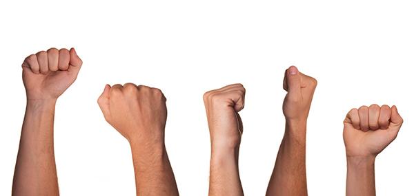 Сожмите руки в кулаки, поднимите их как можно выше над головой и пять секунд оставайтесь в таком положении
