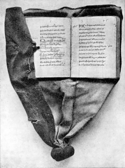 Поясные книги были маленькими и легкими. Их обложка не просто покрывала страницы, а продолжалась в виде кожаного «хвоста», завязанного в узел на конце.