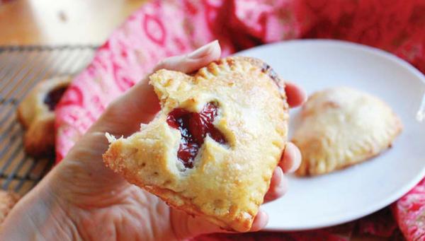 Пирожки-сердечки с вишней