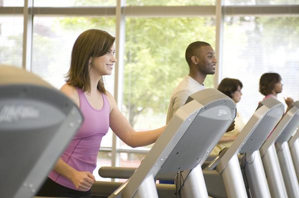 Ищите вескую причину для перемен. Если вы планируете регулярно тренироваться на беговой дорожке, нужно разобраться, почему для вас это важнее, чем привычные дела.