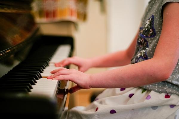 Когда ребенок сможет самостоятельно сыграть целое произведение (пусть и очень легкое), у него возникнет ощущение, что он получил награду, и появится желание продолжать занятия.