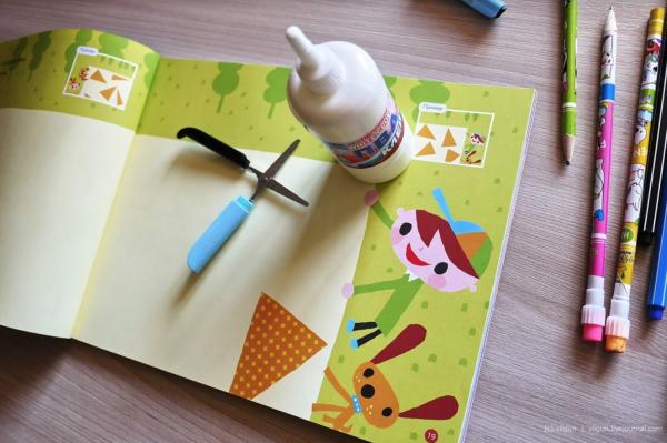 Выберете клей без запаха, безопасный и удобный для ребенка. Вы можете купить клей-карандаш, но лучше использовать жидкий клей, например клей ПВА. Детям нравится наносить его пальчиками. Постепенно можно приучать малыша пользоваться кисточкой для клея.