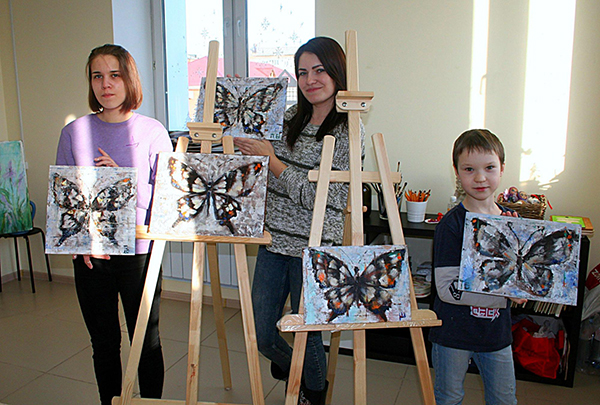 Моя подруга (в центре) с 9-летним сыном на творческом мастер-классе. Тимоха впервые нарисовал бабочку на холсте.