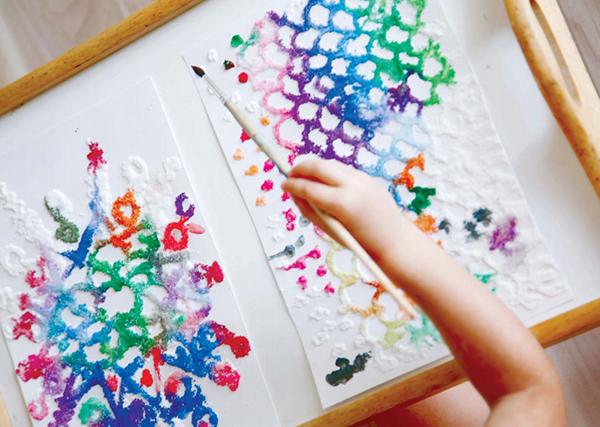 Выполненные в такой технике рисунки, пусть и с самыми простыми геометрическими «сюжетами», благодаря интересной текстуре искрящихся кристаллов соли и удивительным цветовым переходам всегда кажутся живыми, объемными, даже немного фантастическими.