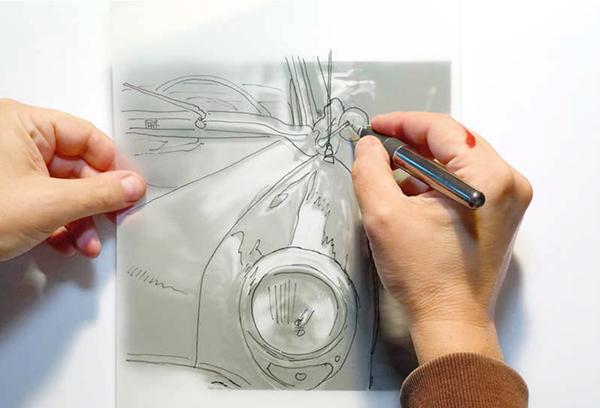 1. Наложите лист кальки (или пергаментной бумаги) на фотографию и перерисуйте основные контуры капиллярной ручкой или тонким фломастером.