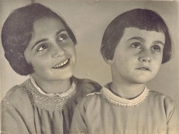 12 июня 1942 года Анна получила в подарок на тринадцатилетие маленький альбом с клетчатой обложкой. Первую запись в нем она сделала в тот же день.