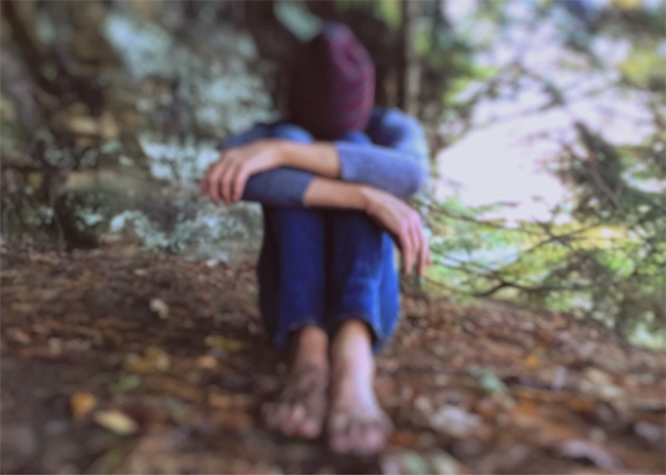 Характерный симптом посттравматического стрессового расстройства (ПТСР) — флешбэки. Это навязчивые воспоминания, яркие ментальные образы, которые могут преследовать человека несколько месяцев, а иногда даже лет после психотравмирующей ситуации.