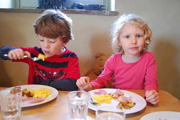 Вместо того чтобы распахнуть перед ребенком дверцу холодильника и спросить, что он хочет, лучше предложить ему на выбор два-три блюда, скажем хлопья или яйца. Если сработает, он проявит последовательность и съест свой завтрак без капризов.