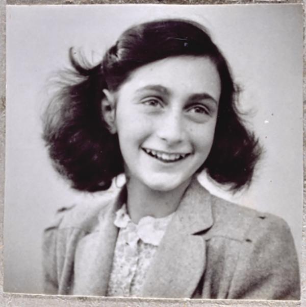 Анна вела дневник вплоть до ареста в августе 1944 года. Обращаясь к выдуманной подруге по имени Китти, она описывала соседей по убежищу и домашние неурядицы, размышляла о войне, делилась своими мечтами, воспоминаниями, надеждами и страхами.