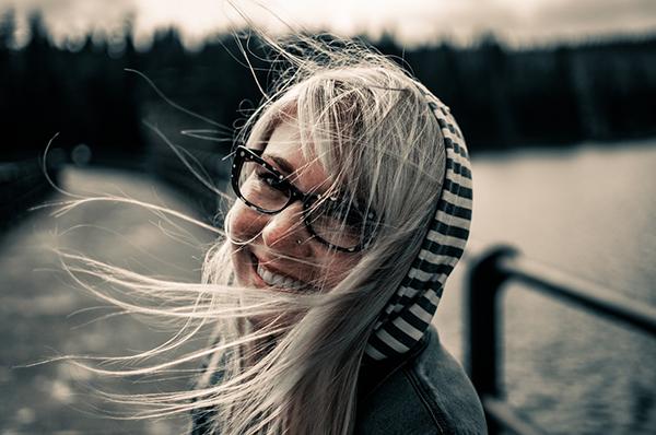 Счастье возникает благодаря постепенному «культивированию» положительных эмоций. Аналогично отрицательные переживания создают нисходящую эмоциональную спираль. Например, расстроенному человеку рабочий день кажется бесконечным, а уличное движение — ужасным.