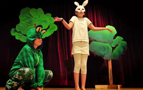 Не знаете, как помочь ребенку раскрепоститься и перебороть стеснительность? Запишите его в театральную студию.