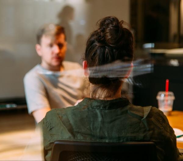 Открытый взгляд и способность выслушать делают вас теплым и приятным в общении человеком