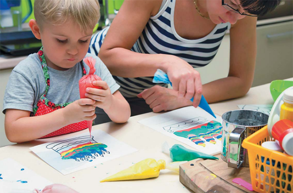 Наносить краску удобно с помощью кондитерских мешочков. Также для рисования понадобится плотная бумага или картон.