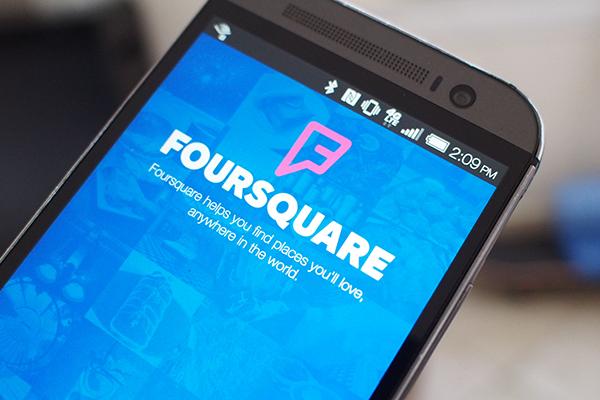 Для участия в Foursquare вы просто открываете приложение каждый раз, когда приходите в общественное место, которое кажется вам интересным, а затем сообщаете системе о своем местонахождении. Это процесс называется check-in. Вы можете чекиниться в ресторане, баре, кафе, музее или любом другом месте.