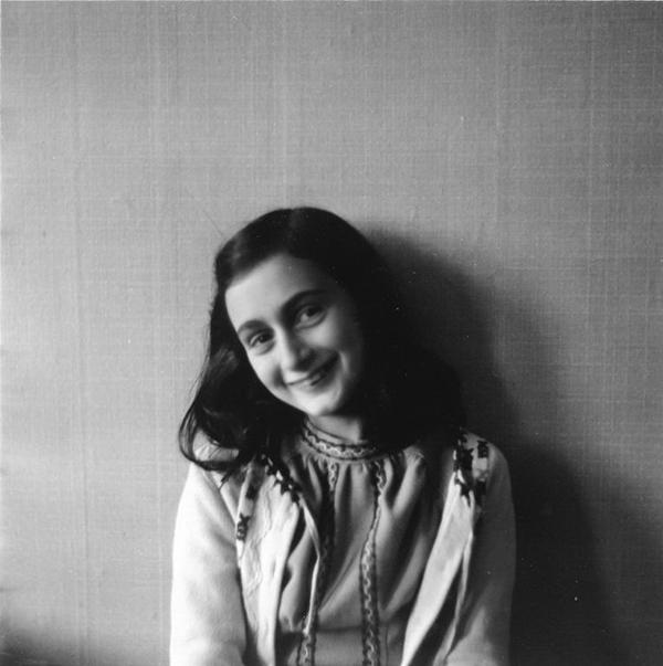 Порой трудно поверить, что дневник писала девочка-подросток. Несмотря на трагические события и жизнь в изоляции, Анна сохранила оптимизм, чувство юмора и силу духа. Мудрость ее слов, глубина переживаний, наблюдательность, прямота и способность к саморефлексии поражают