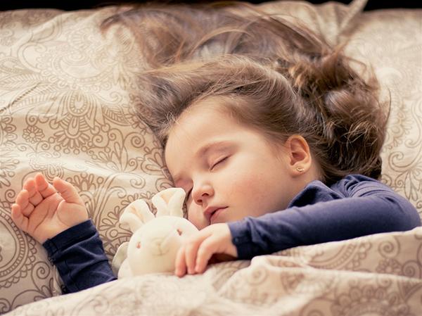 Пункт для тех, у кого есть маленькие дети. Возможно, вы привыкли читать сказки ребенку на ночь. Это замечательная семейная традиция!
