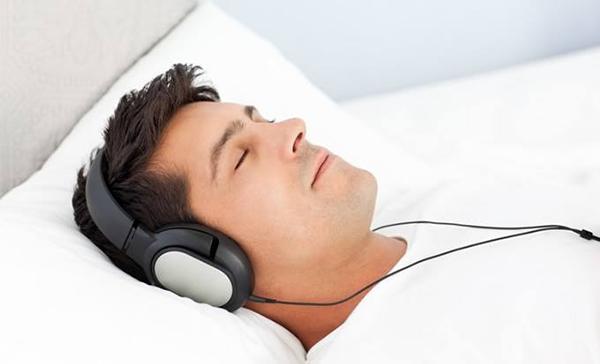 Если вы спите в одной комнате с другими людьми, их может потревожить мерцание голубого экрана или свет лампы. В такой ситуации наушники и аудиокнига — единственный способ насладиться чтением, прежде чем отправиться в царство Морфея.