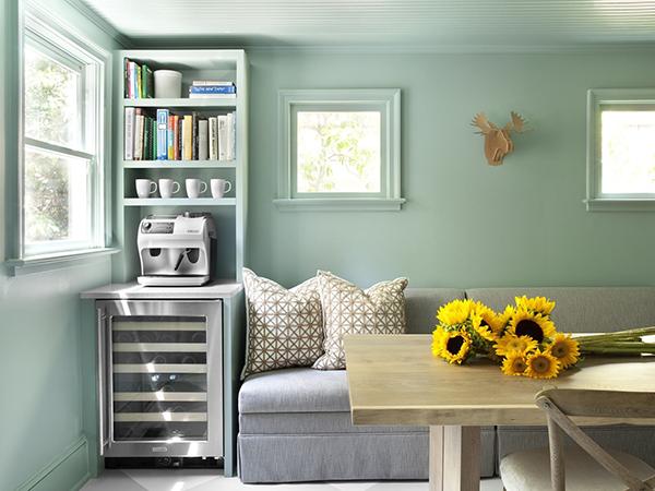 Один из самых простых и удивительных способов имитации природы дома — цвет стен. Исследования показали, что цветные стены комфортнее, чем белые, даже несмотря на моду на нейтральные оттенки.