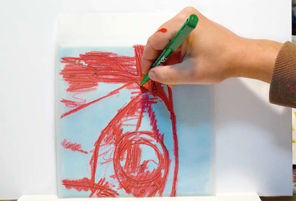 2. Акварельным, пастельным или очень мягким простым карандашом (8B) обведите видимые линии по обратной стороне вашей кальки.