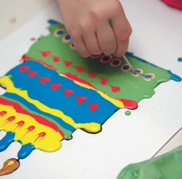 Внутри заполненного краской поля поставить точку контрастным цветом и зубочисткой аккуратно как бы перечеркнуть ее посередине — получится сердечко.