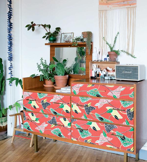 Можно также украсить мебель ботанической темой: например, на фасадах будут удачно смотреться ткань или остатки обоев с растительным орнаментом.