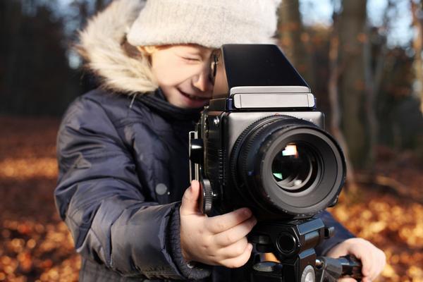 В возрасте 6–12 лет дети просто обожают фотографировать! Коллекции оригинальных снимков можно сохранить на память, сделать из них коллажи и использовать для других творческих проектов.