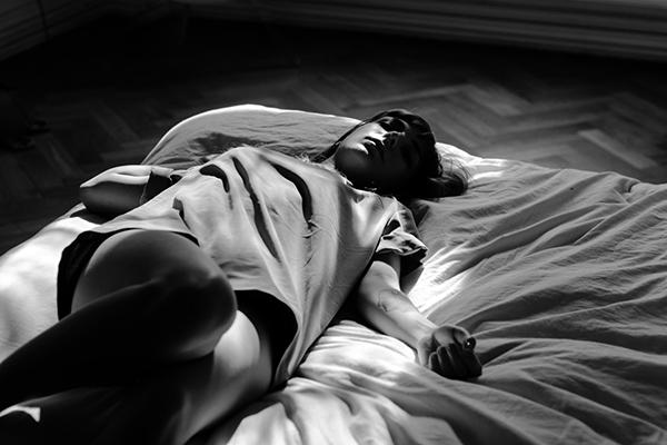 По данным Гарвардской медицинской школы, хронический недостаток полноценного сна приводит не только к негативным последствиям, связанным с памятью, иммунитетом, настроением и активностью, но и может вызвать набор лишнего веса, так как именно во время ночного отдыха регулируется уровень гормона лептина, отвечающего за аппетит и способность эффективно утилизировать углеводы.
