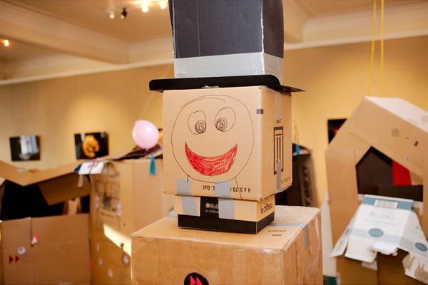 Соберите необходимые материалы и дайте ребенку почувствовать себя новатором-роботостроителем! Роботов можно раскрасить в разные цвета, разрисовать необычными узорами и даже придать им разное выражение «лица».