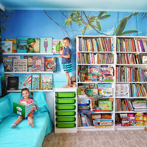 Это детская библиотека, мои книги отдельно. Все книги читаем, сейчас получается в среднем по 5 в день — пара днем и три на ночь. Дочка сегодня, выбирая, что почитать, грустно сказала: «Читать-то нечего, всё уже по 30 раз читали! Закажи новых!»