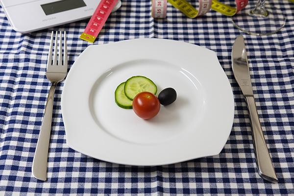 Будьте осторожны! Не снижайте потребление резко, больше чем на 200–300 ккал в день (если привыкли потреблять 2600 ккал, не нужно сразу снижать калорийность до 2200).