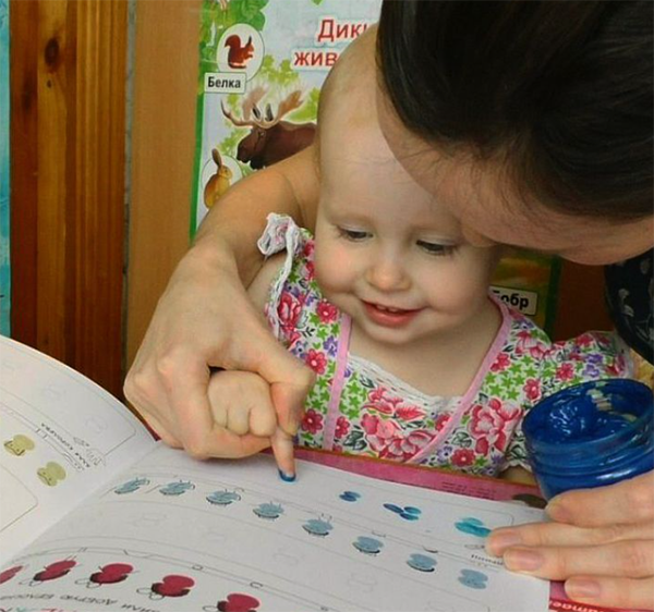 Увлечь малыша рисованием можно в самом раннем возрасте. Главное тут — выбирать простые и весёлые задания, с которыми легко справится любой малыш. Отличный вариант — рисование пальчиками.