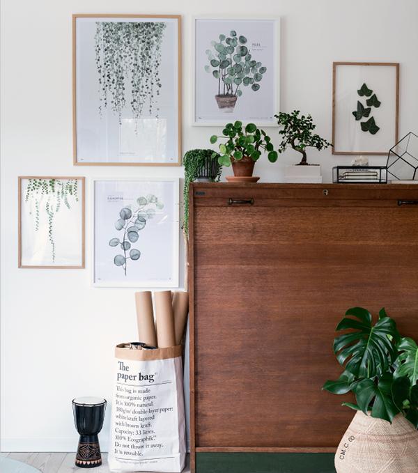 Превратите угол всего с четырьмя цветками в ботаническую галерею, добавив произведения искусства, вдохновленные растениями.