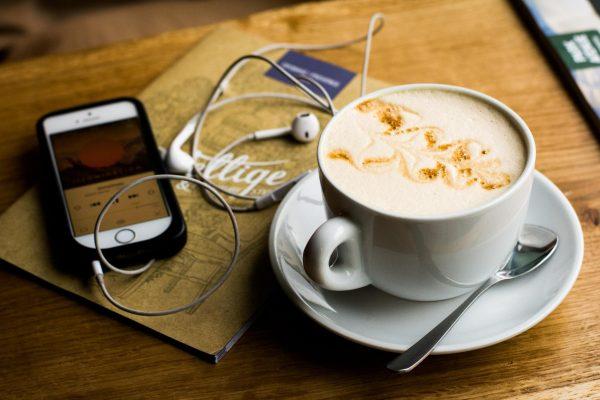 В нашей аудиоподборке найдутся и вдохновляющие мысли к утреннему кофе, и полезные инструменты для работы. Пользуйтесь!
