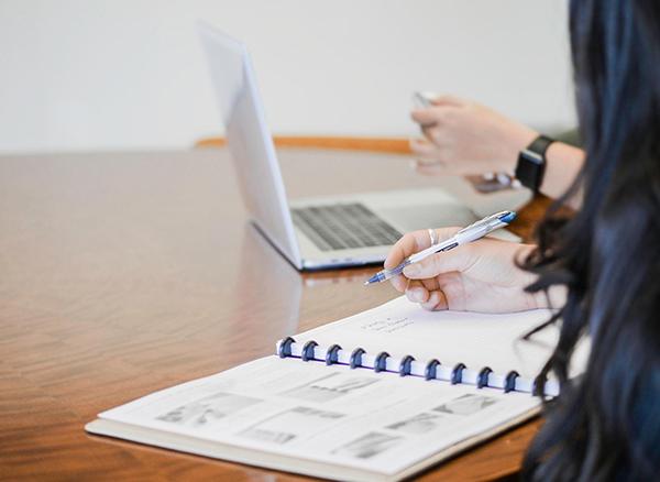 Запишите все мелкие неприятные дела в список и решите их максимально быстро. Так, вы освободите место для новых идей, а настроение от их выполнения поднимется.