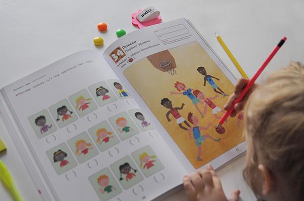 Если вы хотите, чтобы ребенок стал сообразительным, развивайте мышление с раннего возраста. Например, с помощью серии рабочих тетрадей «Kumon. Развитие мышления». Начинайте с чего-то привычного: поиск сходства и различия или задачки на пространственное мышление. В методике Kumon упражнения построены от простого к сложному. Вы удивитесь, как сильно можно продвинуться с помощью маленьких шагов.
