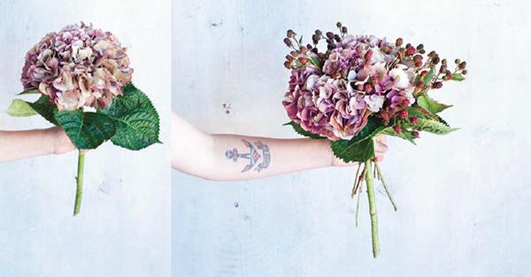 2. Добавьте ветки ежевики, просовывая их между отдельными цветочками. Ягоды должны расположиться на несколько сантиметров выше цветка.