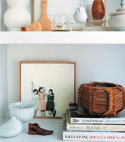 Цветовая гамма. Мелкие предметы будут выглядеть более организованной, если ограничить их цветовую гамму. На каждую полку поставьте книги и аксессуары одного-двух цветов. Классическая коллекция в скандинавском стиле выглядит опрятно и цельно в белом и цвете дерева.