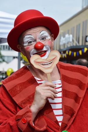Добро пожаловать в британскую благотворительную организацию Comic Relief, созданную в 1985 году, и на «День красного носа» — мероприятие, которое она проводит раз в два года.