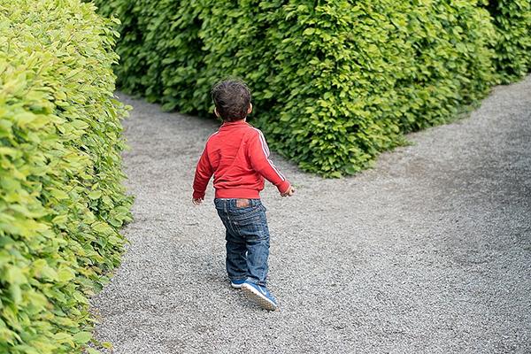 Реакция родителей на ошибки детей может оказаться роковой для самооценки последних. Ребенок учится ходить, совершая массу неверных движений. Постепенно он понимает, какие движения не помогают, и сосредоточивается на главных. Ошибки — неотъемлемая часть в процессе научения ходьбе, как и в процессе обучения вообще.