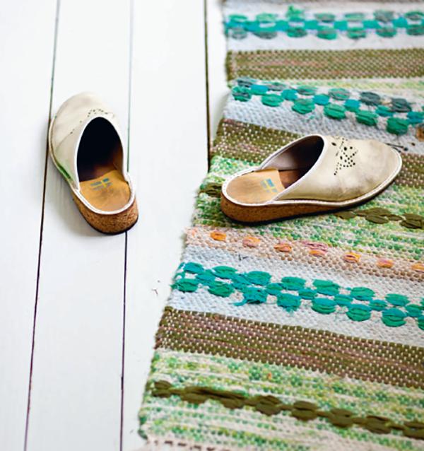 Простой тряпичный коврик. Рукоделие в тренде. К примеру, в шведском доме, особенно деревенском, чаще всего встречаются тряпичные коврики — трасматта. Сделайте такой сами или купите в магазине.