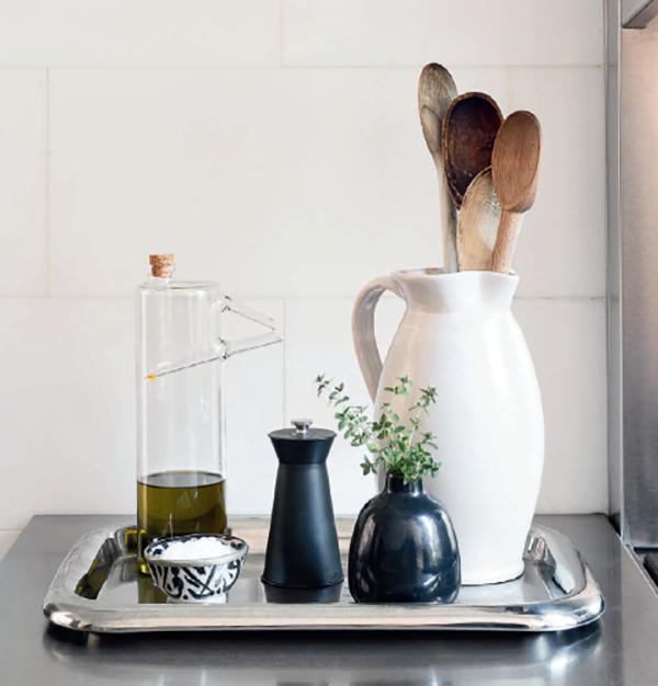 Подносы. Подносы можно использовать во всем доме, но лучше всего они смотрятся возле раковины и плиты. Они очень практичны (их можно переносить и легко мыть) и эстетичны.