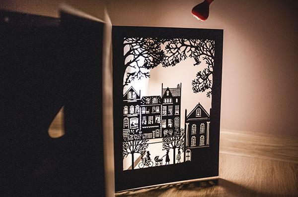 Чтобы устроить театр теней, достаточно поставить книгу на ровную поверхность рядом со стеной, открыть страницу и посветить фонариком. Тончайшие иллюстрации оживут, перед ребенком откроется волшебный мир, немного загадочный и очень красивый.