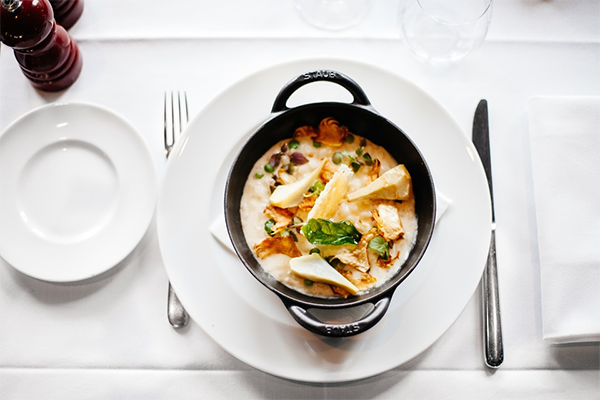 Хороший официант не просто принимает заказ, он продает блюда и делает это «вкусно».