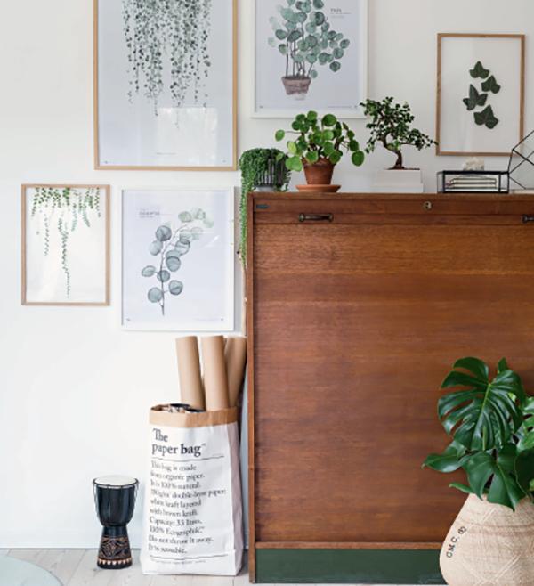 Ботаническая галерея. Вы можете превратить угол всего с четырьмя цветками в ботаническую галерею, добавив произведения искусства, вдохновленные растениями. Листья в рамке, отпечатки листьев и постеры.